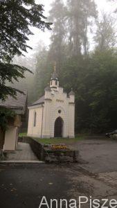 Kaplica zdrojowa zbudowana przez Józefa Szalaya w 1846 r., wewnątrz znajduje się obraz Matki Boskiej z Dzieciątkiem pędzla samego Szalaya